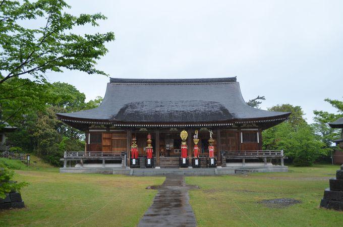 本堂には五智如来、また神仏習合の寺