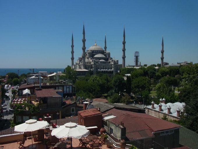 左に見えるは、世界で最も美しいモスク「ブルーモスク」!