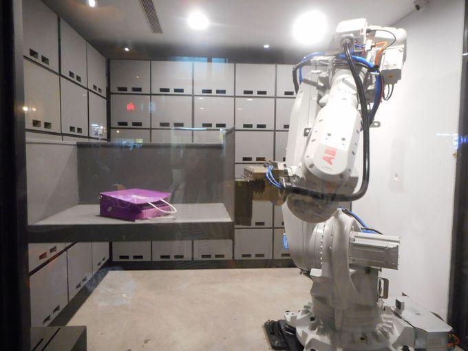 なんとロボットアームが荷物を預かる!?