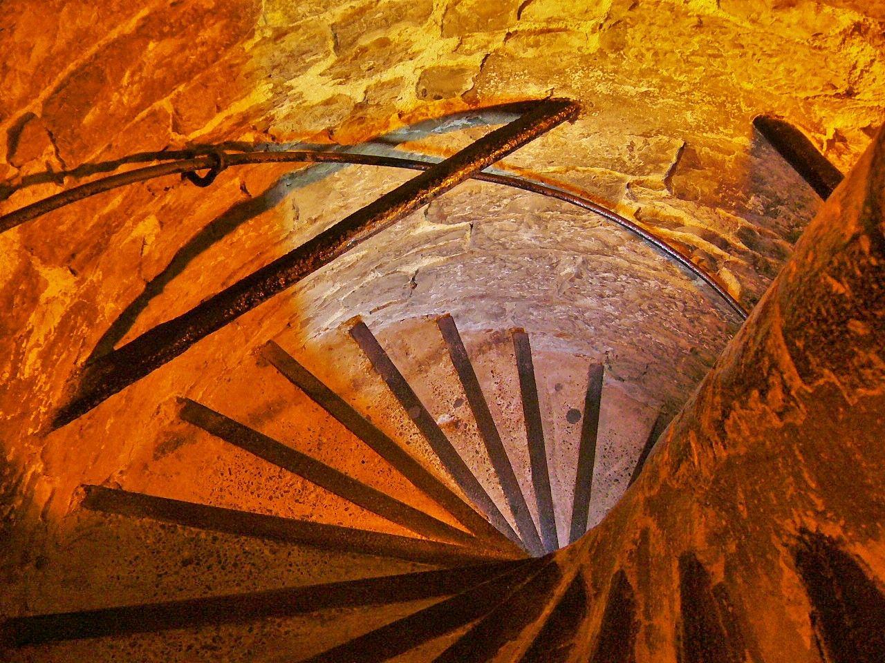 らせん階段を登って鐘楼の内部を見学