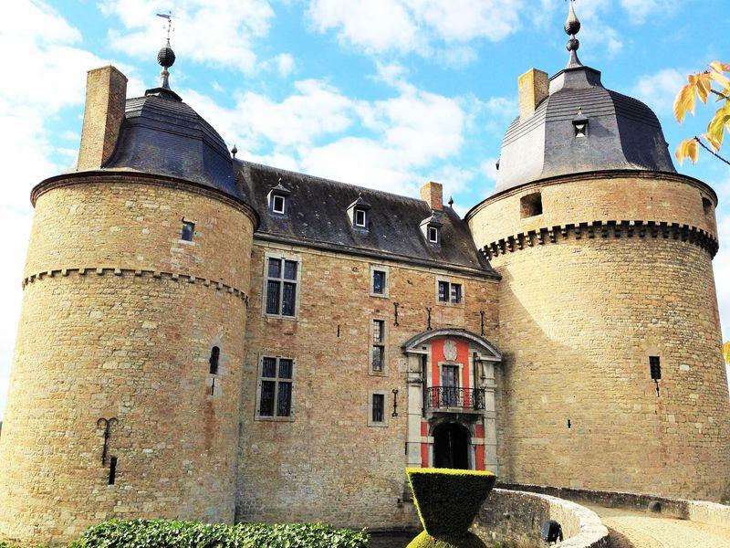 ベルギー・アルデンヌ観光の王道!古城とアンの洞窟を巡る旅