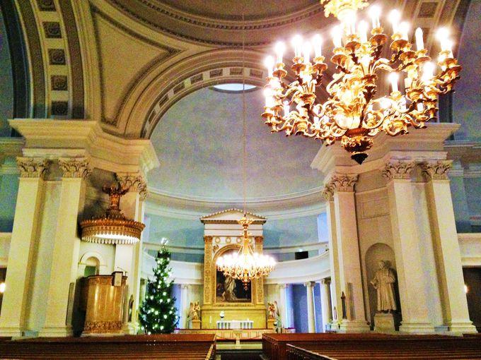 神聖な空気の流れる大聖堂の内部へ