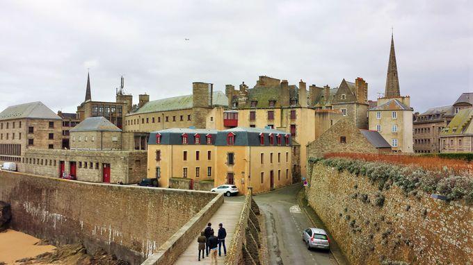 城壁で囲まれた要塞都市。美しい景観をもつサンマロ