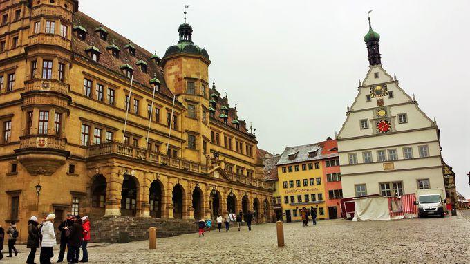 町の広場に残る市庁舎と仕掛け時計