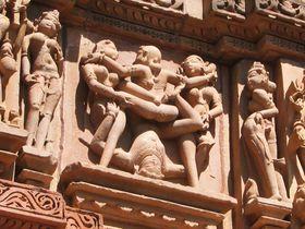 過激すぎる?男女が激しく交わり合う・インド「カジュラーホ遺跡」