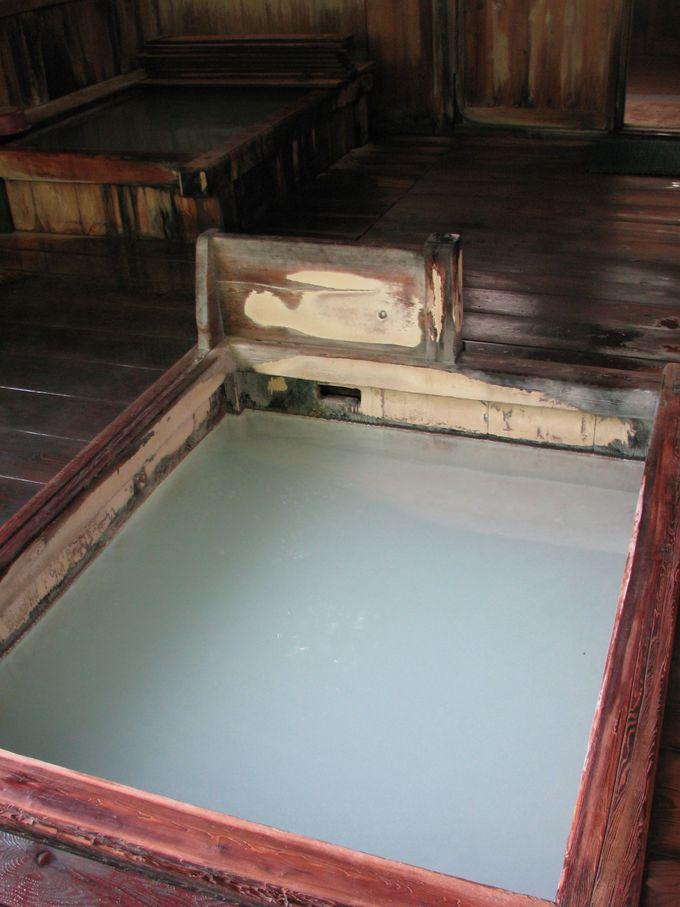 足元自噴の浴槽は天然のジャグジー