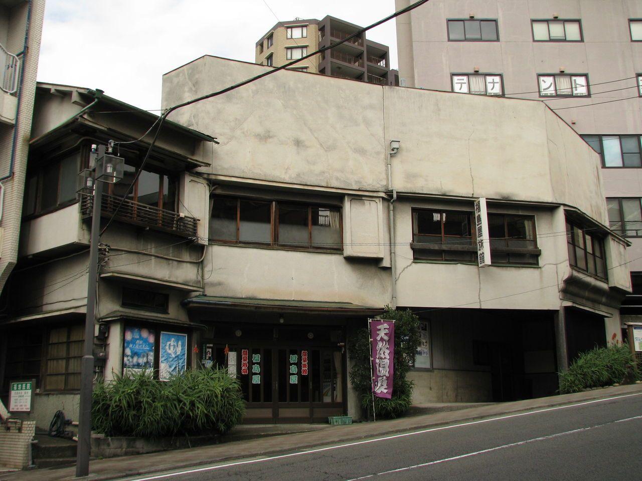 広いお風呂が好きな方はここ!坂の途中の老舗旅館、福島屋旅館。