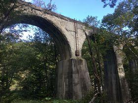 北海道の原生林に囲まれた廃線跡のアーチ橋群と「糠平温泉」自然満喫の露天風呂