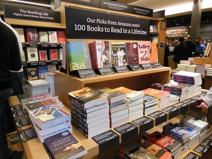 厳選された書籍のみ、美しく陳列された店内