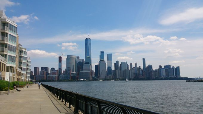 対岸から臨む、マンハッタンの透明感ある美しさ