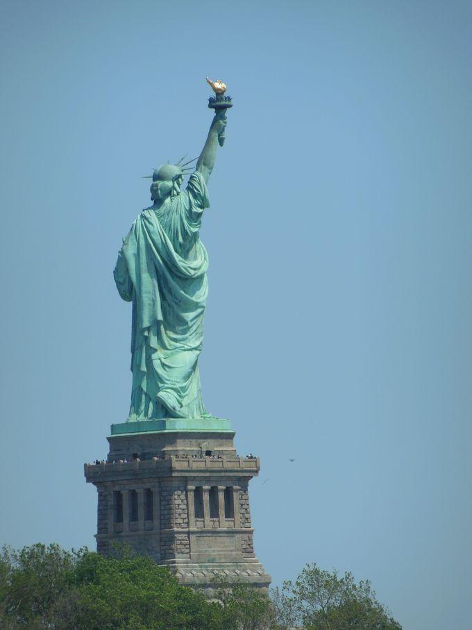 後ろ姿もりりしい、自由の女神!