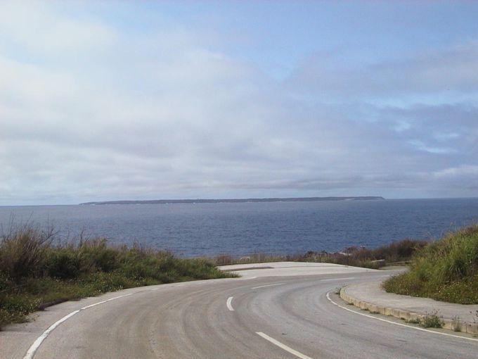 石灰岩でできた一枚岩のような大東島