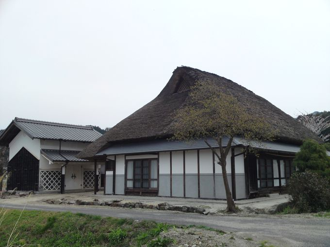 農村景観日本一の風景に溶け込む 茅葺屋根の一軒宿