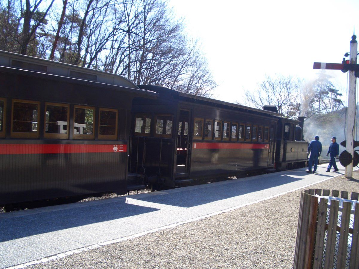 名古屋駅に到着した蒸気機関車と三等客車