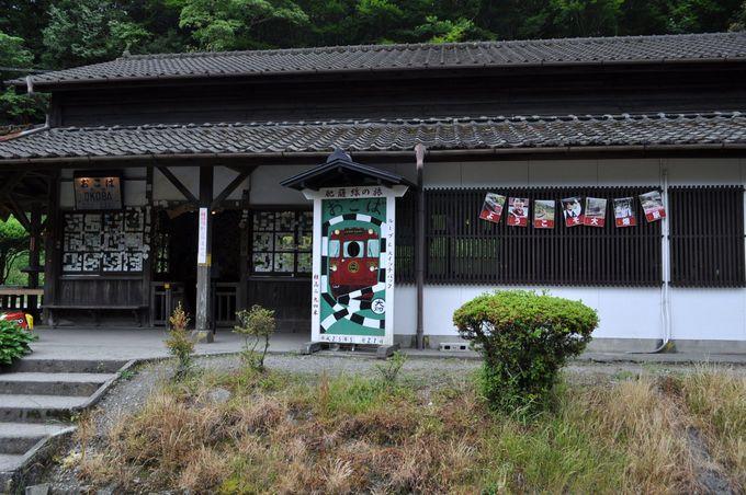 大畑駅は駅舎の外からもたくさんの名刺が見えます