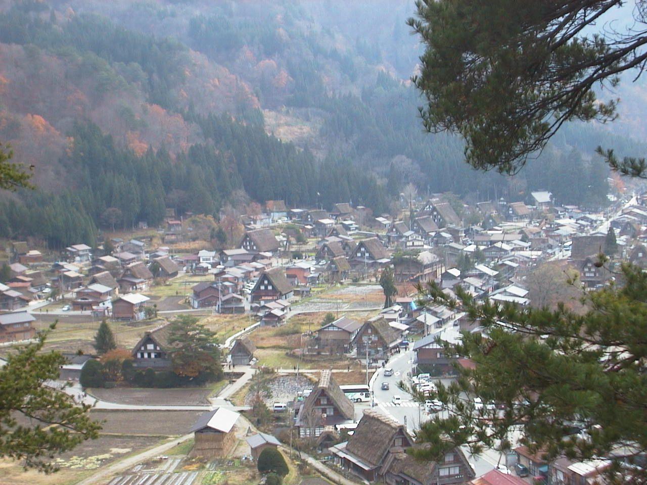 高台の荻町城跡展望台から、世界遺産「白川郷」を一望!