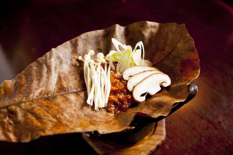 白川郷の散策後は、郷土料理の「朴葉みそ」であたたまりましょう!