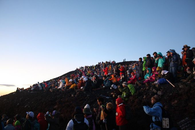 富士山五合目を午後遅くに出発し、登山道にある山小屋に宿泊するのがベスト