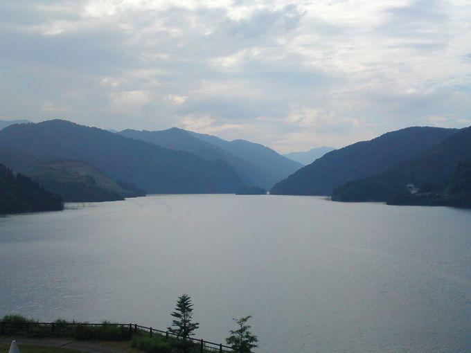 旧徳山村の住民によって「徳山湖」と名付けられたダム湖