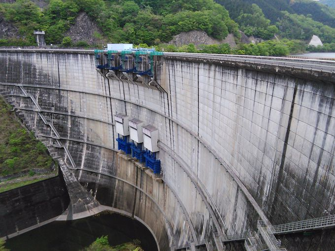 愛知県豊田市との県境にある「矢作ダム」は美しいアーチ式ダム