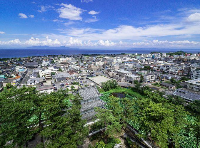 天守最上階から城下と島原湾、さらに向こうの熊本を展望する