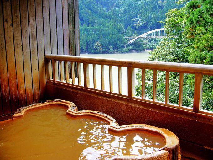 ひなびた三峡の湖畔に湧く、秘湯「山鳩湯」で疲れを癒す