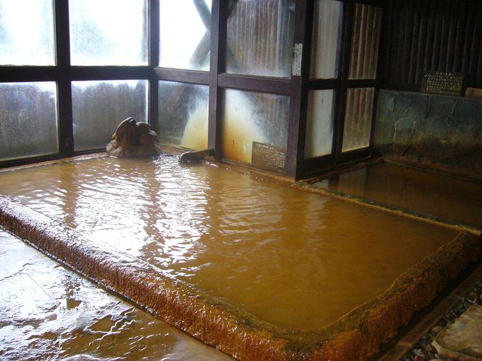 タオルが真っ赤に染まる、秘境癒しの赤褐色の薬効豊かな温泉