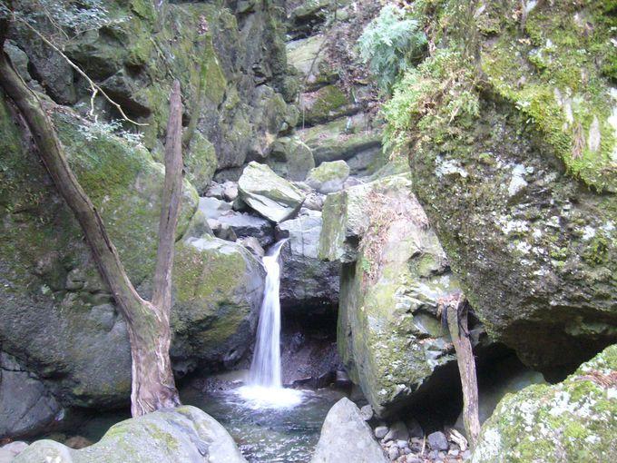 温泉街から、まずはいにしえの聖地散策へ渓谷ハイキング