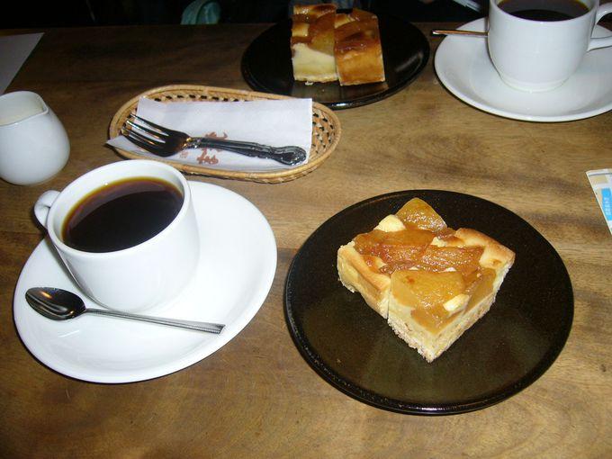 松本民芸家具が配されたクラシックな喫茶店