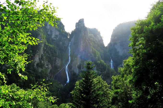 絶壁と水のコントラストが美しい「流星の滝・銀河の滝」