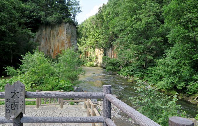 柱状節理の岩が規則的に並ぶ「大函」