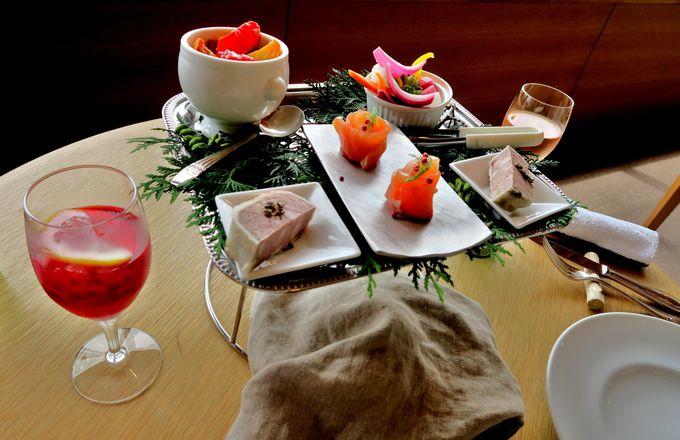 色とりどりの前菜を数種類盛り込んだ「麦の丘のプレート」が印象的