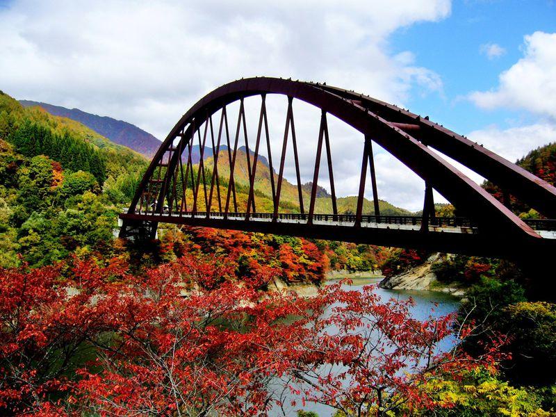 太古のロマン漂う谷の都・信州鬼無里に錦秋の奥裾花渓谷をドライブ