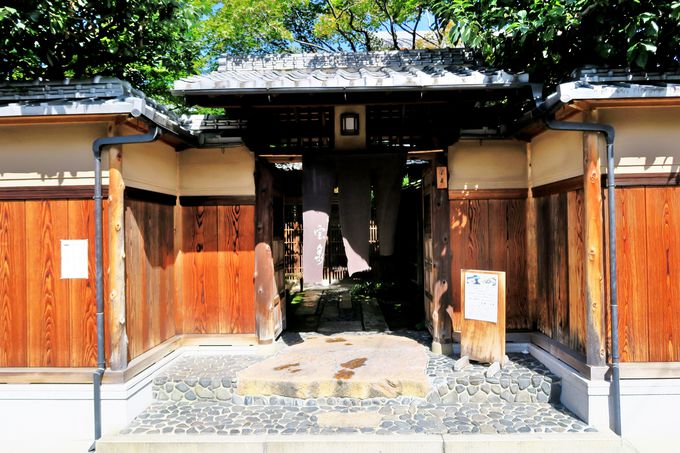 下鴨神社のほど近く閑静な住宅街に現れる「茶寮 宝泉」