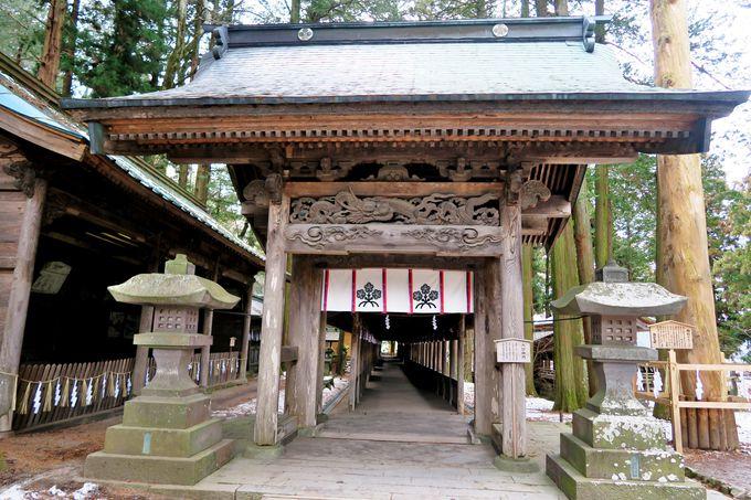 神体山を拝するための独特の社殿配置「上社本宮」
