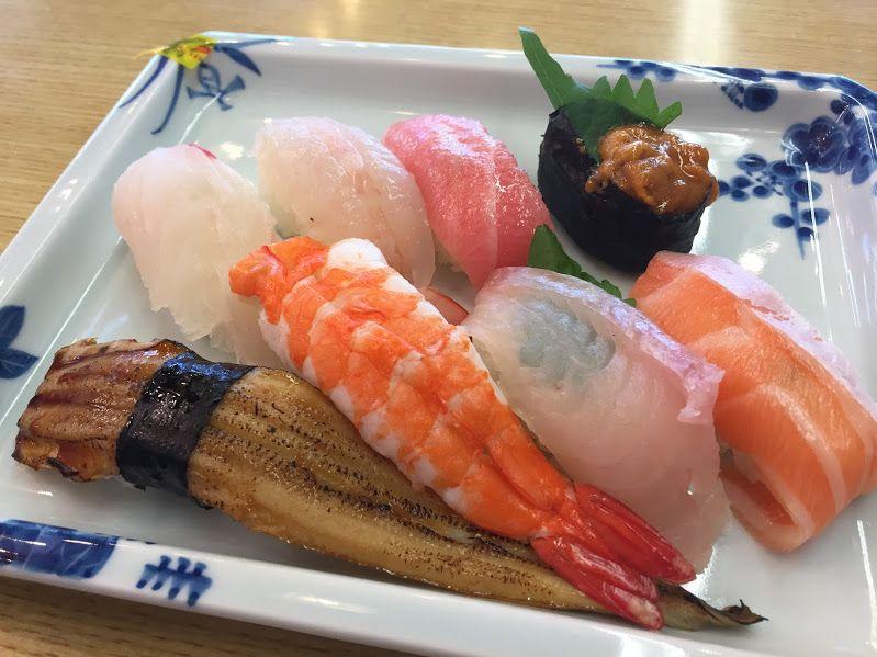 レストランでは、海を見ながら新鮮魚介や九州の名産を堪能!