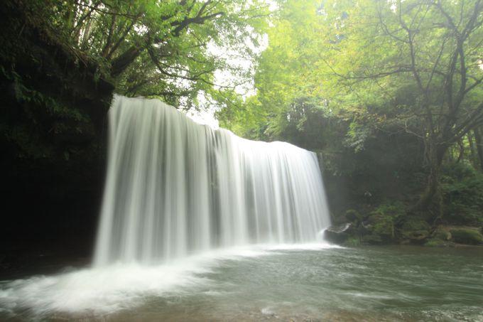 あの有名なCMで話題に!観光客も癒される水のカーテン「鍋ヶ滝」
