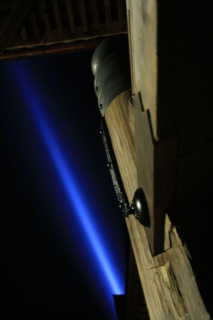 京都市街からも見られる青い光の意味って?