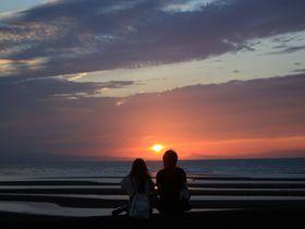干潟を照らす美しい夕日!大分の真玉海岸へ夕景を見に行こう|大分県|トラベルjp<たびねす>