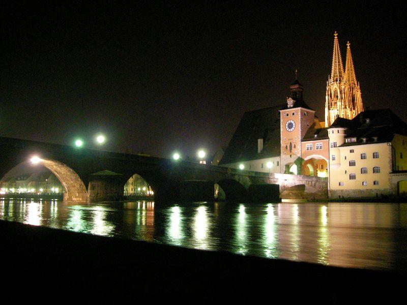 夜まで美しい世界遺産の街並み!ドイツ「レーゲンスブルク」の見どころ