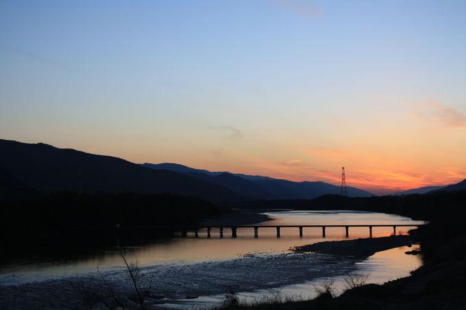 夕焼けに映える潜水橋