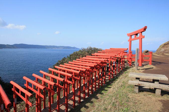 海に映える赤い鳥居「元乃隅稲成神社」