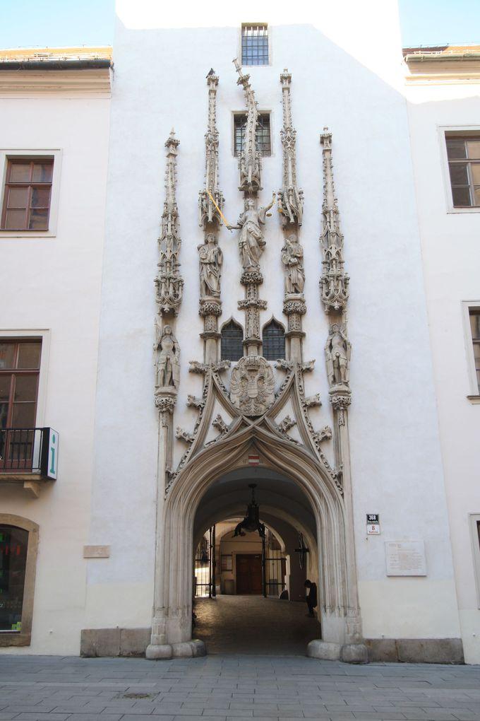 ユニークな装飾に注目、旧市庁舎