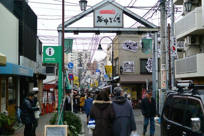 週末、人が溢れる谷中商店街は食べ歩きが楽しい人気スポット