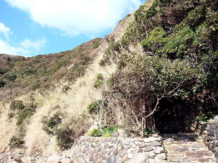 断崖絶壁崖に潜んでいた親子三人が殉教した史跡「だんじく様」