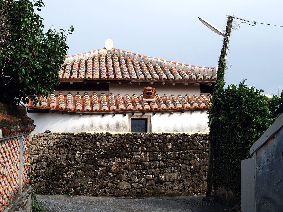 琉球らしさを残す古い町なみが魅力の「壺屋やちむん通り」