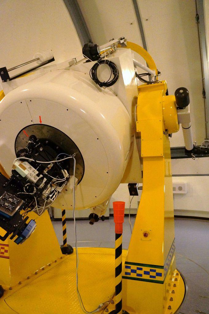 天文台の間近で見る大きな望遠鏡に大興奮!
