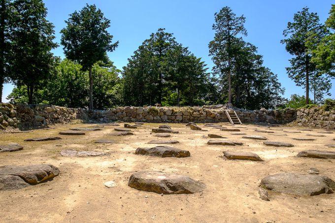 滋賀県琵琶湖畔の山上に残る「安土城跡」は織田信長の夢の跡