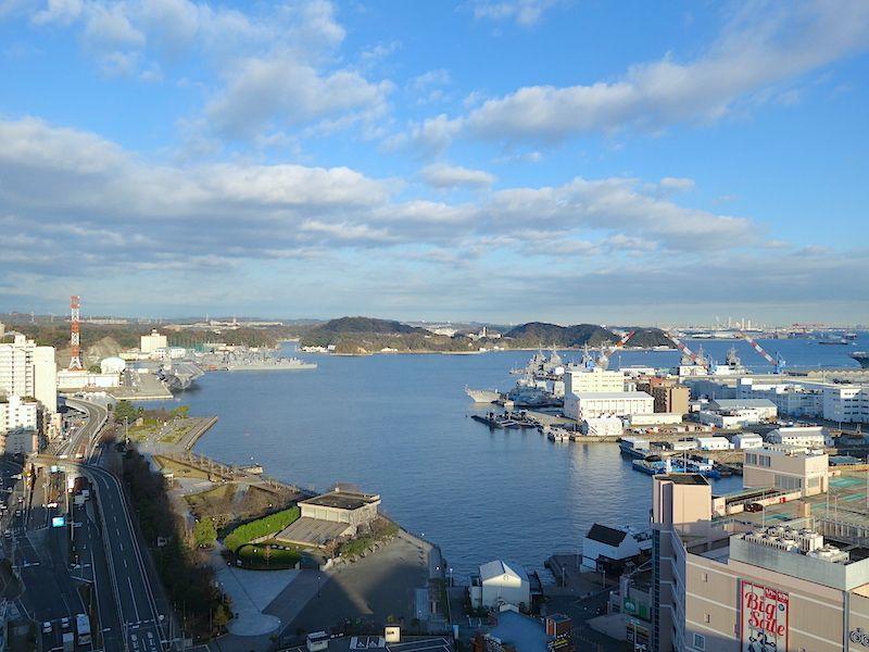 ホテルレストランの朝食を食べながら、特色ある横須賀の軍港をみる