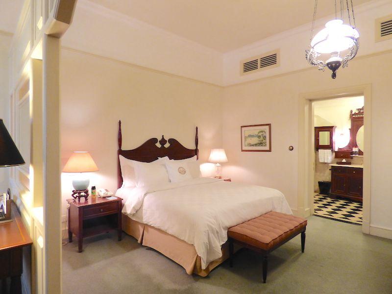 部屋は天井が高く、調度品と重厚な木の家具類でまとめられた豪華さ